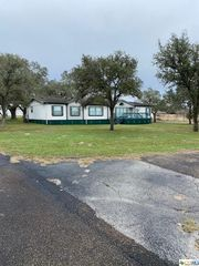 1786 E Fannin St, Goliad, TX 77963