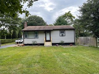 6 Wesley St, Center Moriches, NY 11934