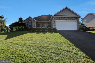 18 Sir William Dr, Newville, PA 17241