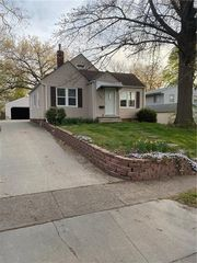 2707 Payne Rd, Des Moines, IA 50310