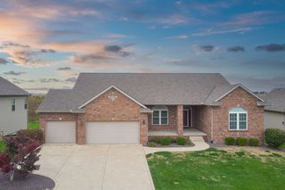 5404 Longfield Rd, Bloomington, IL 61705