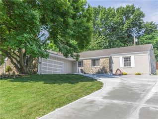 3208 S Shady Bend Dr, Independence, MO 64052