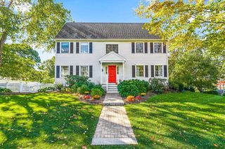 8 Hodges Ave, Wellesley, MA 02482