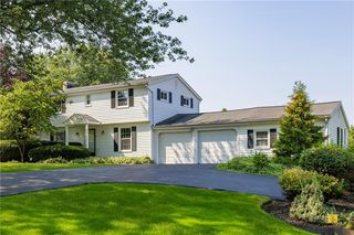 17 Candlewood Dr, Pittsford, NY 14534