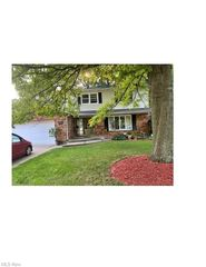 660 Treeside Dr, Akron, OH 44313