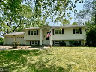 1810 Country Club Dr, Grinnell, IA 50112