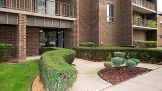 8350 W Addison St #104, Chicago, IL 60634