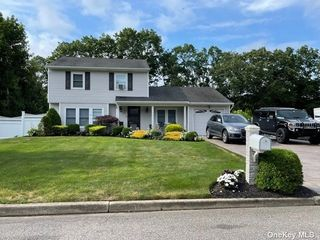 16 Shelley Dr, Middle Island, NY 11953