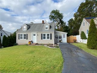 8 Mountain View Ter, East Haven, CT 06513