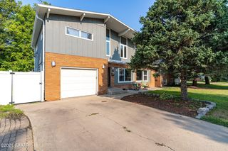 157 Columbia Ct, Grand Forks, ND 58203