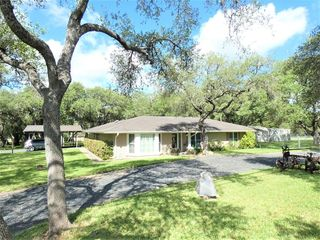 1 Country Club Pl, Beeville, TX 78102
