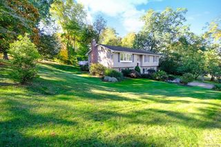 4 Aura Dr, Valley Cottage, NY 10989