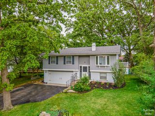 216 Hawthorne Rd, Lake In The Hills, IL 60156