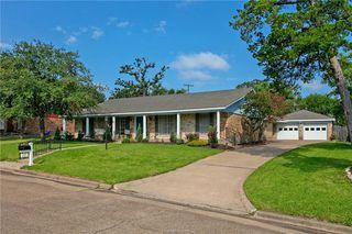 2511 Towering Oaks Dr, Bryan, TX 77802