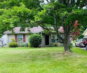 935 Donmar Ln, Youngstown, OH 44511