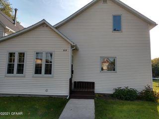 809 N 4th St, Grand Forks, ND 58203