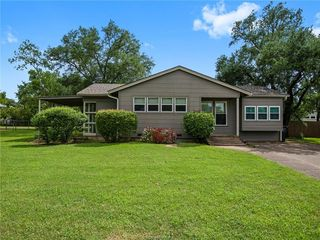 1004 Winding Rd, College Station, TX 77840