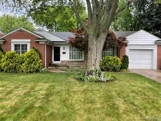 19796 Holiday Rd, Grosse Pointe Woods, MI 48236