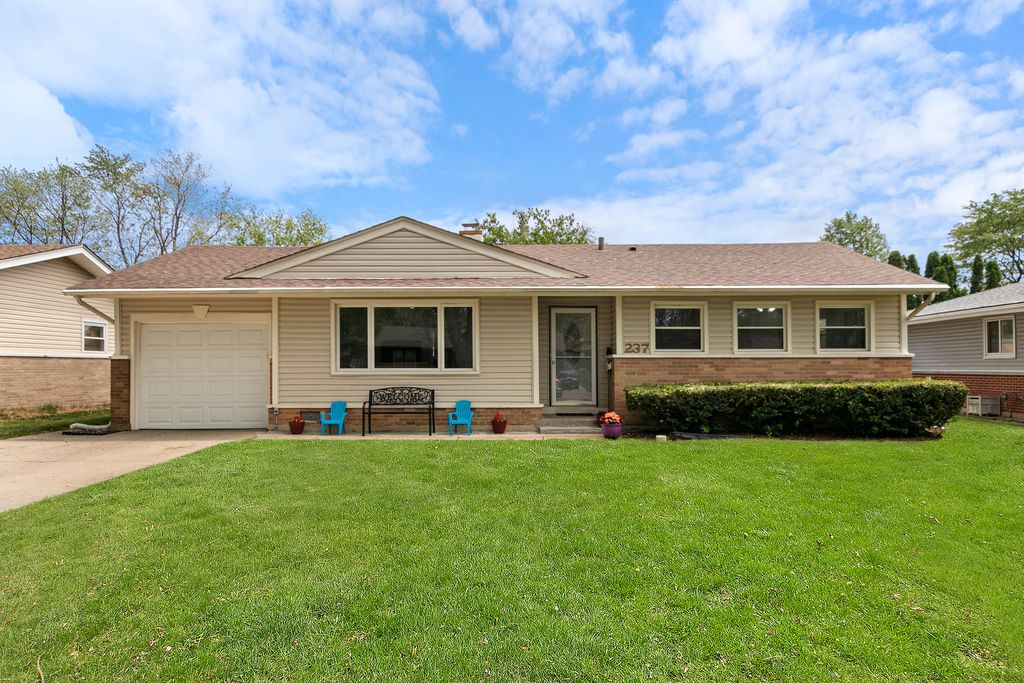237 Wildwood Rd, Elk Grove Village, IL 60007