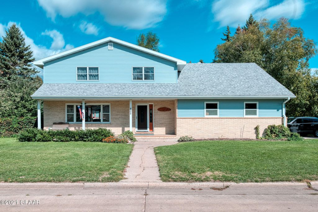 202 Cleo Ct, Grand Forks, ND 58201