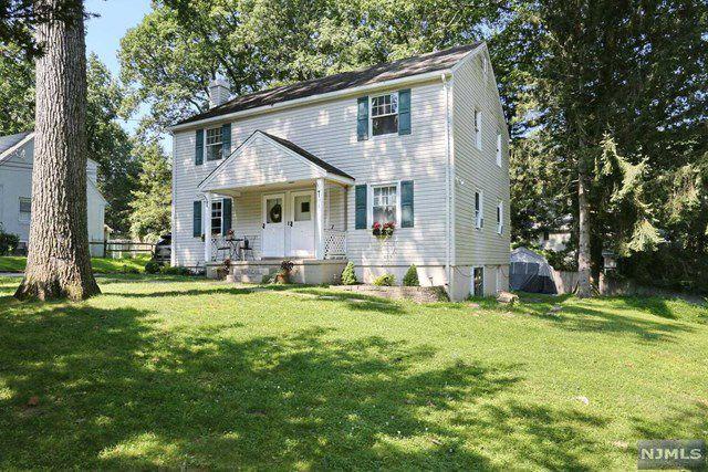 11 Cottage Ln, Saddle River, NJ 07458