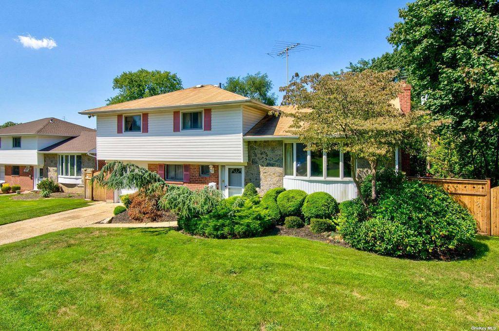 115 Briarwood Ln, Plainview, NY 11803