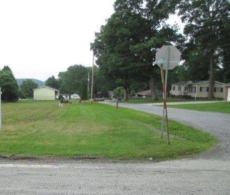 Hofecker Ln, Johnstown, PA 15905