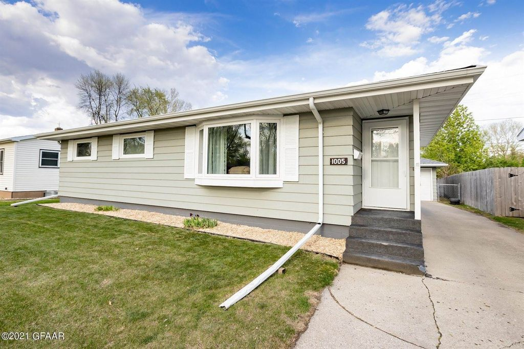 1005 S 19th St, Grand Forks, ND 58201