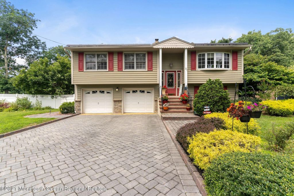 81 Western Dr, Howell, NJ 07731
