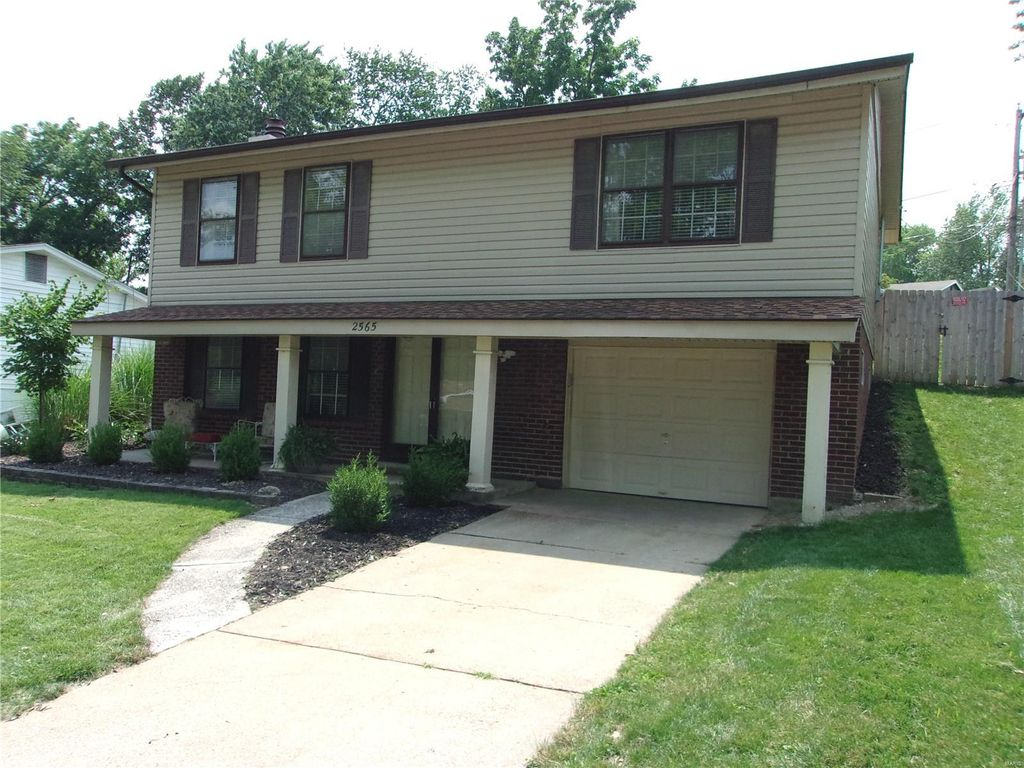 2565 Westrick Dr, Maryland Heights, MO 63043