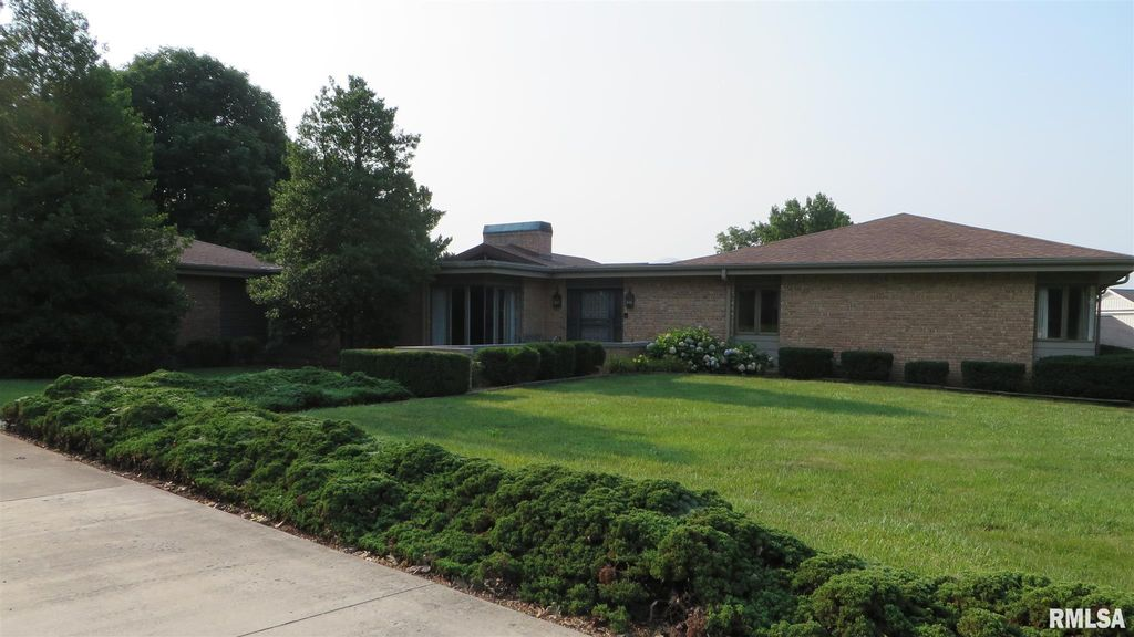 5 Forest Hill Dr, Jacksonville, IL 62650
