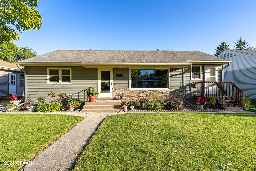 2522 9th Ave N, Grand Forks, ND 58203