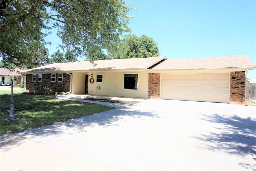 1910 Lake View Dr, Perry, OK 73077