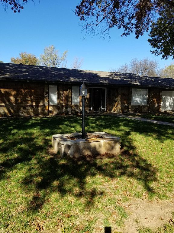 906 Kiowa Dr, Burkburnett, TX 76354