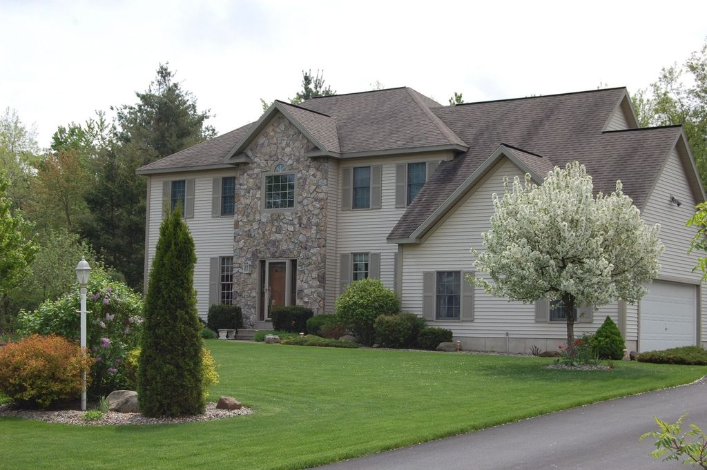 21 Oregon Trl, Waterford, NY 12188