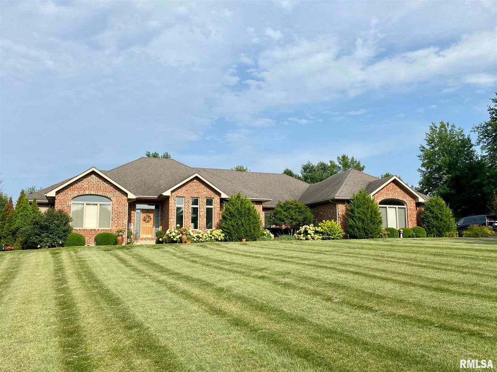 235 Hillview Dr, Macomb, IL 61455