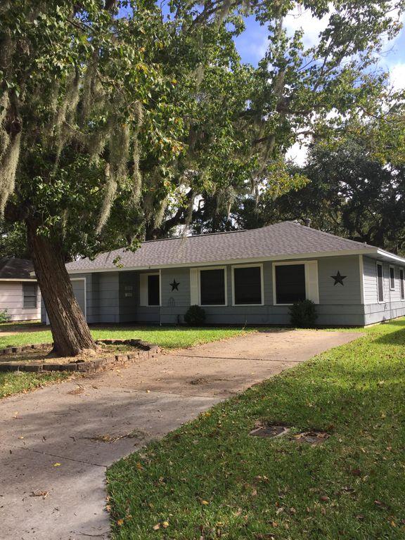 833 Magnolia St, Lake Jackson, TX 77566