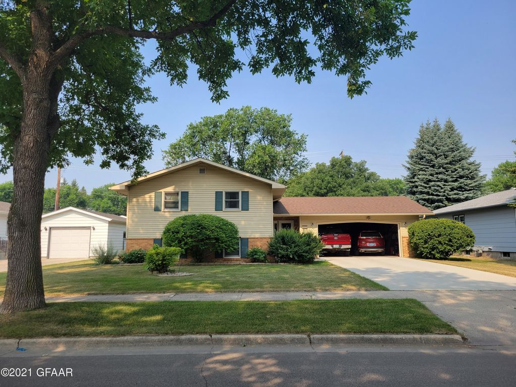 1606 S 18th St, Grand Forks, ND 58201