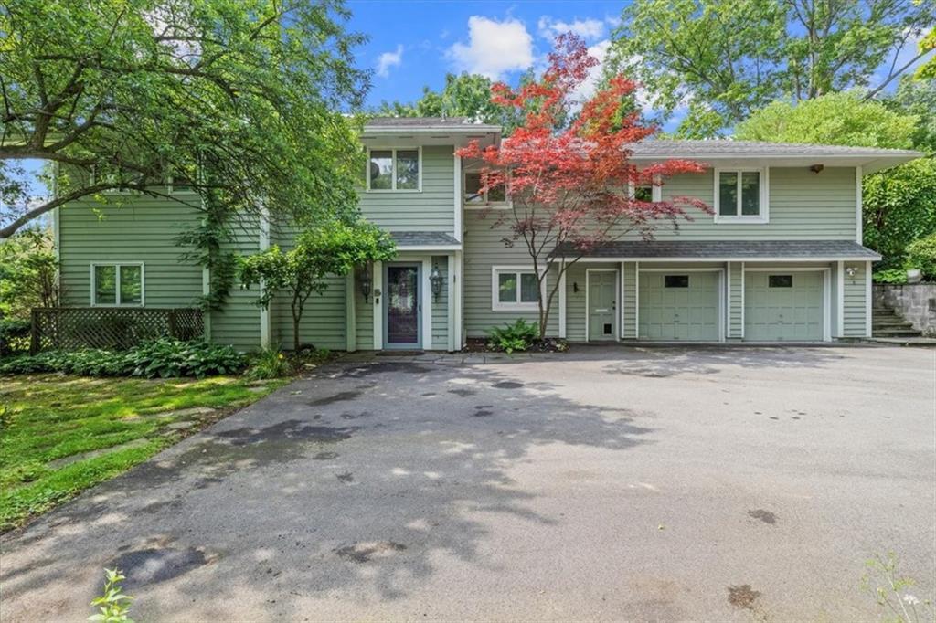 8 Elmwood Hill Ln, Rochester, NY 14610
