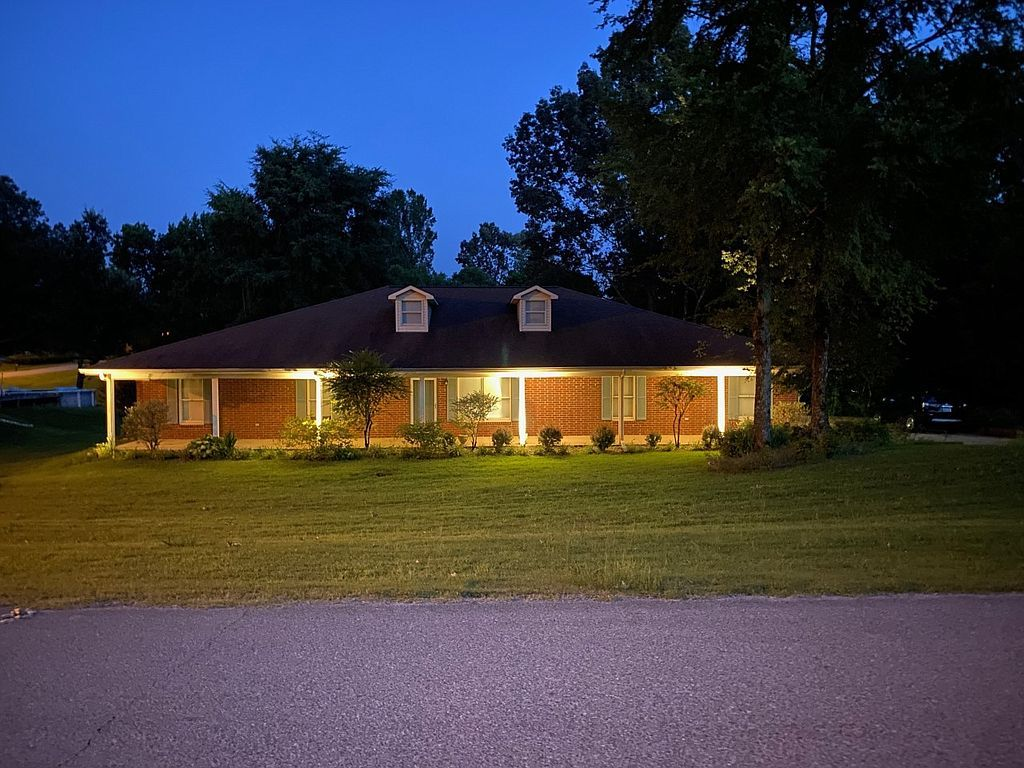 2015 Wood Hill Dr, Horn Lake, MS 38637