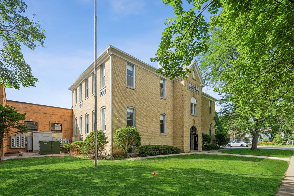 174 S McHenry Ave #2, Crystal Lake, IL 60014