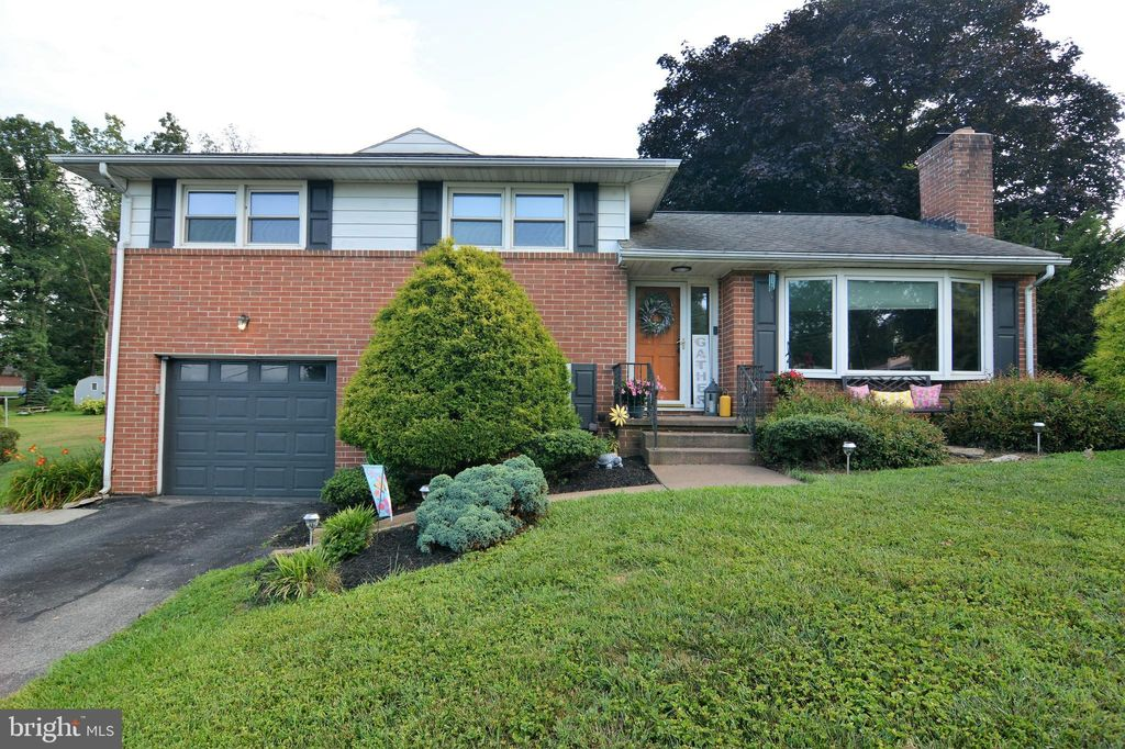 412 Holly Dr, Red Lion, PA 17356