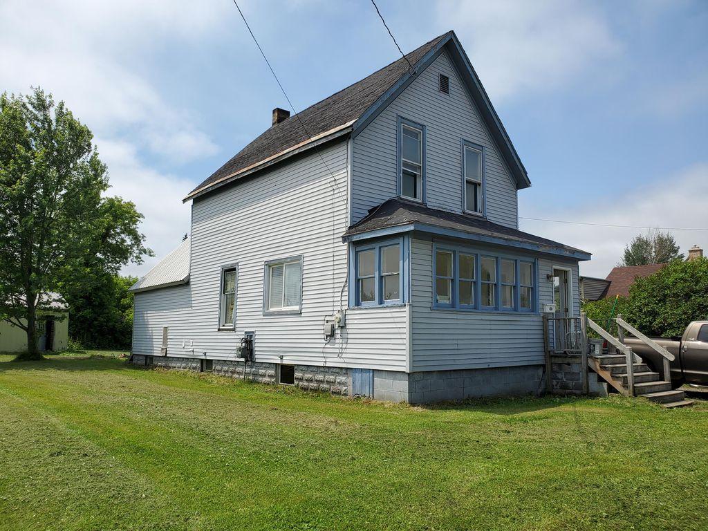 944 Maple St, Sault Sainte Marie, MI 49783