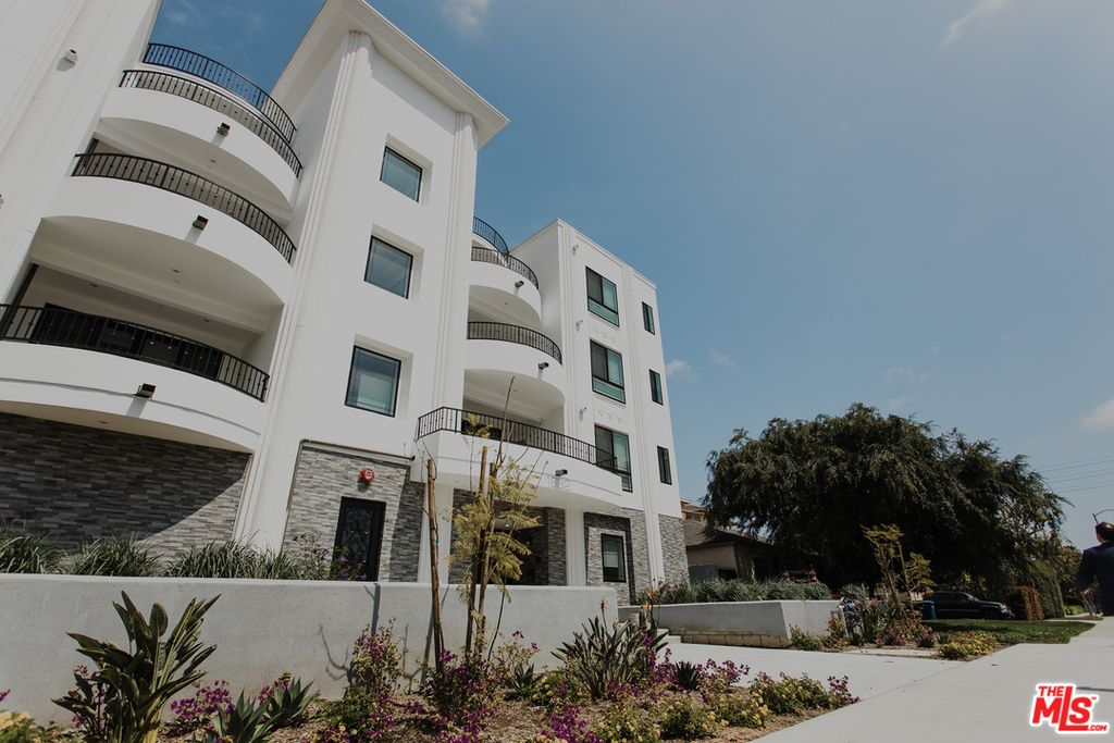 1832 S Barrington Ave #302, Los Angeles, CA 90025