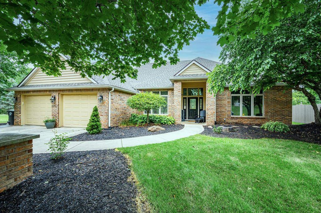 2220 Point Wood Rd, Fort Wayne, IN 46818