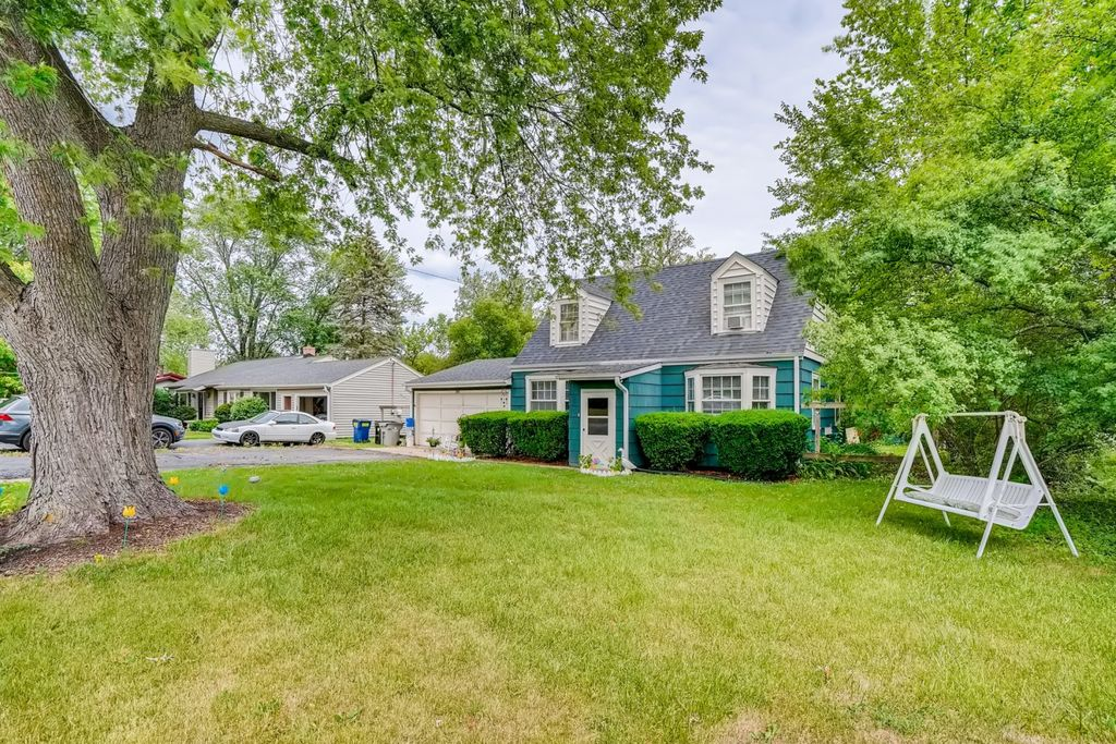 243 Willow St, Roselle, IL 60172