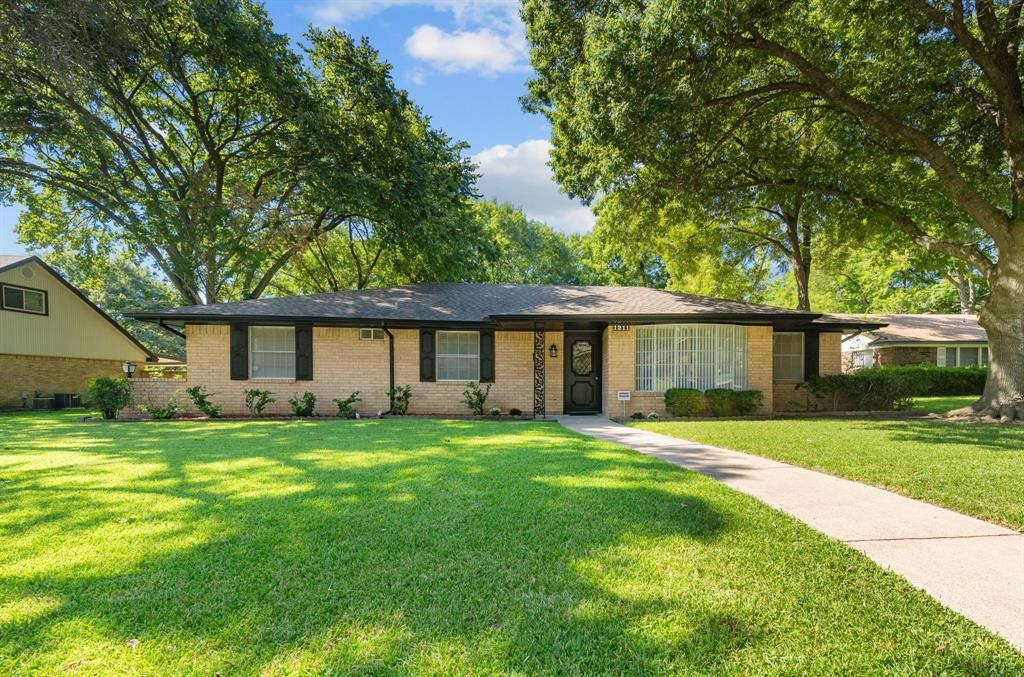 1211 Springbrook Cir, Desoto, TX 75115
