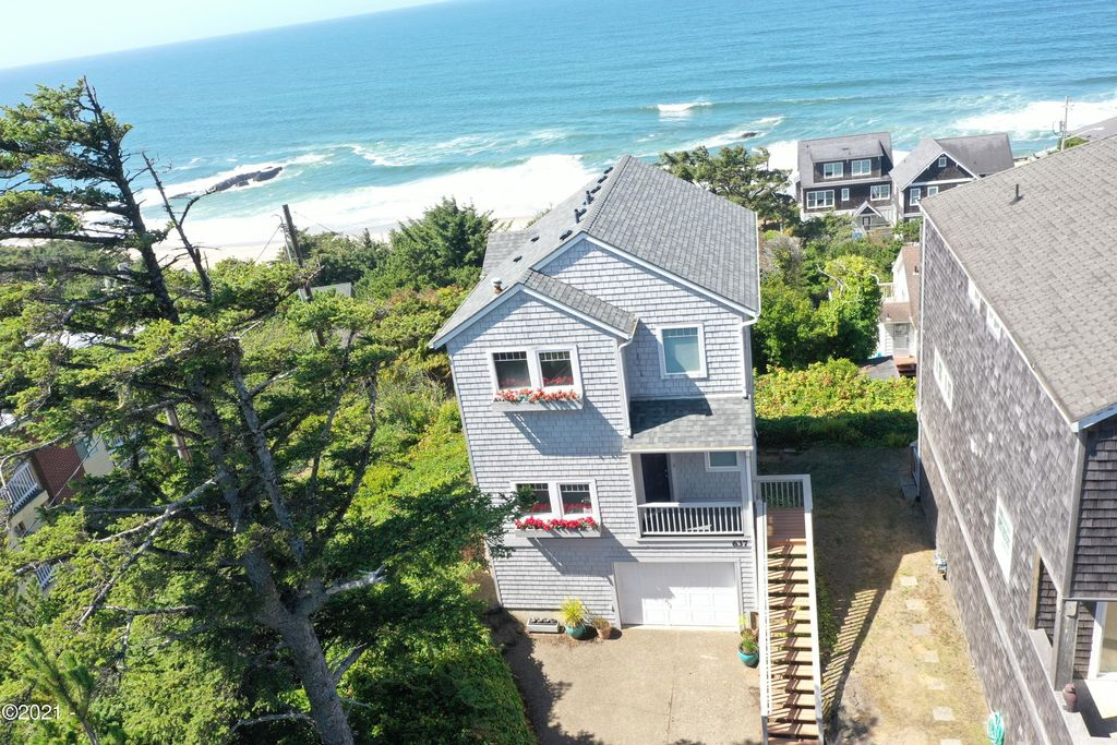 637 SW 37th Pl, Lincoln City, OR 97367