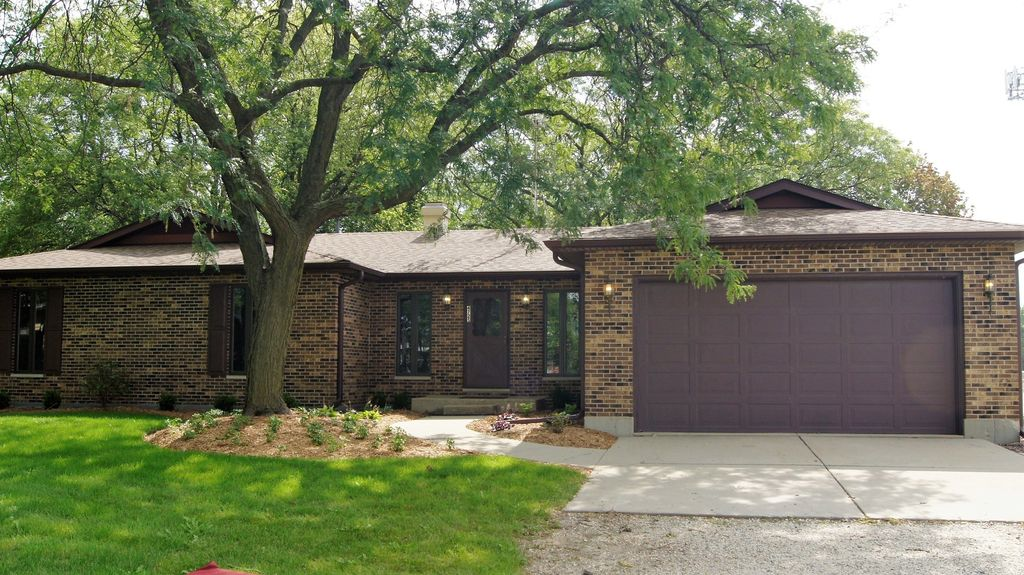 4725 W Crystal Lake Rd, Mchenry, IL 60050