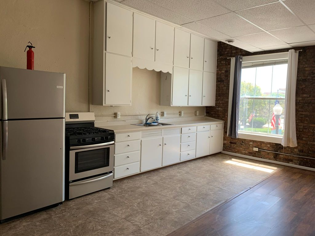 15 Lincolnway #A, Valparaiso, IN 46383